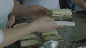 Kłaść ciasto kanapkę na słodkim liściu zbiory wideo