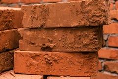 Kłaść na each innych starych, uszkadzać, czerwonych cegłach, Zdjęcie Stock