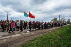 Kłaść wianki przy pomnikiem spadać żołnierze w Kaluga regionie Rosja i korowód Fotografia Stock