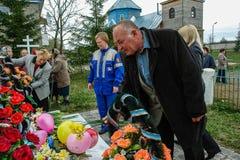 Kłaść wianki przy pomnikiem spadać żołnierze w Kaluga regionie Rosja i korowód Fotografia Royalty Free