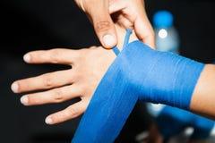 Kładzenie boksu bandaż na kobiety ręce obrazy stock