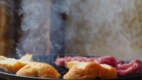 Kładzenie chleb na wieprzowina grillu zbiory