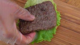 Kładzenie hamburger na sałacie i babeczce zbiory wideo