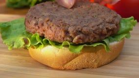 Kładzenie hamburger na sałacie i babeczce zbiory