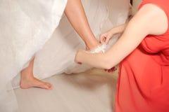 Kładzenie na Ślubnej podwiązce obrazy royalty free