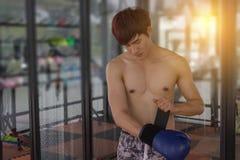 Kładzenie na bokserskiej rękawiczce Zdjęcia Royalty Free