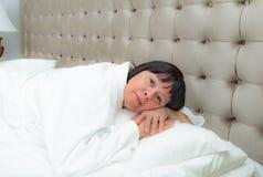 kłam kobietę do łóżka obrazy stock