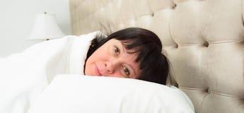 kłam kobietę do łóżka zdjęcie stock