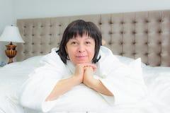 kłam kobietę do łóżka obraz royalty free