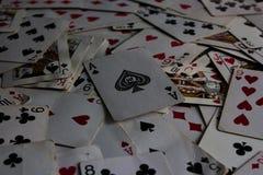 Kłamać karty z wybraną kartą na wierzchołku jako joker dama zdjęcie royalty free