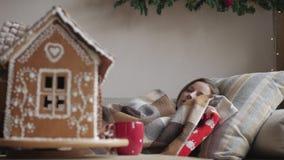 Kłamać na kanapie pod koc zdrowie i choroby pojęcie chora kobieta z filiżanką herbata - boże narodzenie las moletował ranek śnież zbiory wideo
