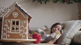 Kłamać na kanapie pod koc zdrowie i choroby pojęcie chora kobieta z filiżanką herbata - boże narodzenie las moletował ranek śnież zbiory