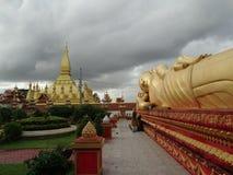 Kłamający Buddha i Pha Który Luang stupa w Vientiane, Laos Obraz Royalty Free