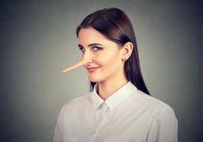 Kłamcy szczwana śmieszna przyglądająca kobieta Zdjęcie Royalty Free