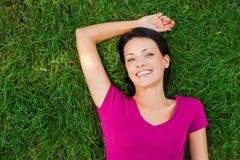 kłamliwa kobieta trawy Fotografia Stock