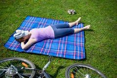 kłamliwa kobieta trawy obrazy stock