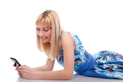 kłamstwa telefon komórkowy biała kobieta Zdjęcia Royalty Free