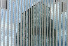 Kłopotliwy, odbijający budynek, zdjęcie stock