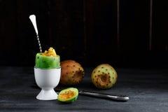 Kłującej bonkrety kaktusa lub owoc opentia w jajecznej filiżance, zamknięty widok, copyspace Fotografia Royalty Free