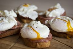 Kłusujący jajka z chlebem i baleronem dla śniadania zdjęcie stock