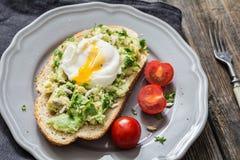 Kłusujący jajko na Avocado grzance zdjęcia stock