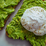 Kłusujący jajko na avocado grzance Fotografia Stock