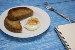 Kłusujący jajko z dwa grzankami Obrazy Royalty Free