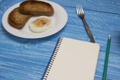 Kłusujący jajko z dwa grzankami Zdjęcie Stock