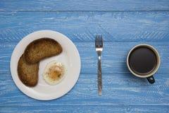 Kłusujący jajko z dwa kawami i grzankami Obrazy Stock