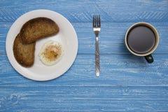 Kłusujący jajko z dwa kawami i grzankami Fotografia Royalty Free