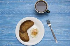 Kłusujący jajko z dwa kawami i grzankami Zdjęcie Stock