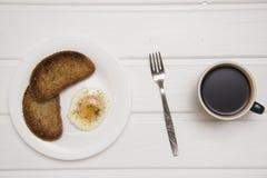 Kłusujący jajko z dwa kawami i grzankami Zdjęcia Stock