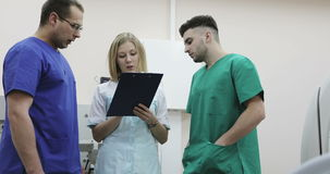 4K三医疗衣服的年轻医生谈话在诊所 股票视频