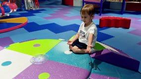 4k上升和使用在软的操场的一点小孩男孩录影在游乐场 获得活跃的孩子乐趣 影视素材