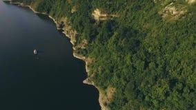 4k与美丽的海,游艇帆船的鸟瞰图在岩石附近的海 股票视频