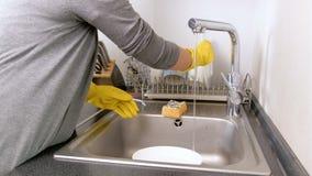 4k主妇在厨房水槽的洗涤物和清洁盘英尺长度  股票视频