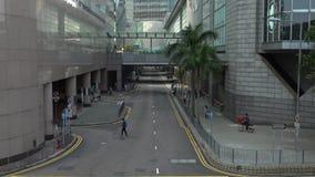 4K举起了看法有大厦和暂停的人行桥交叉路的一条街道 影视素材
