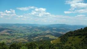 4K云彩和美好的绿色领域全景视图  股票视频