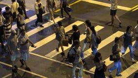 4K亚裔人民和游人横跨街道走在夜台北市 股票录像