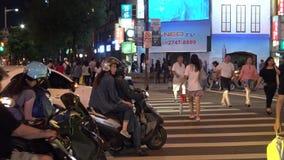 4K亚裔人民横跨街道在西门走distric夜在台北 股票视频