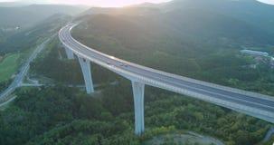 4k交通空中英尺长度在高架桥的在日落 股票视频
