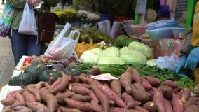 4K人们买卖菜和果子在小街市香港上 股票录像