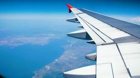 4k从反光板的英尺长度在喷气机飞机在云彩和土地上的翼飞行明亮的晴天 股票视频