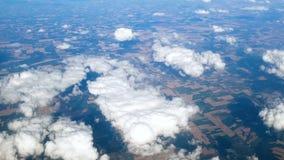 4k从飞机反光板录影快速地飞行在领域和草甸 股票视频