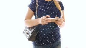 4k使用智能手机的少妇closeip录影摆在反对白色背景 影视素材