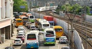 4k俯视慢慢地拉出驻地,繁忙的交通堵塞的高速路轨 股票录像