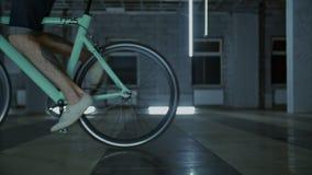 4k关闭开始驱动的突然上升骑自行车者 股票录像