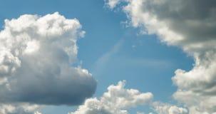 4k几积云蓬松卷曲滚动的云彩层时间间隔夹子在刮风的天气的 股票录像