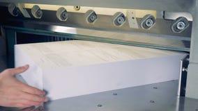 4K削减的纸剪工业切削刀 在打印工厂的断头台机器 股票视频
