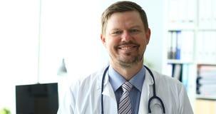 4k反对医院的录影微笑的男性医生 股票录像